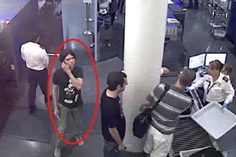 Una imagen cedida por Interpol muestra al sospechoso en un control de un aeropuerto.| Interpol