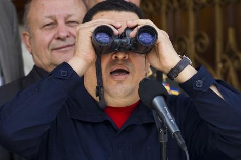 El presidente de Venezuela, Hugo Chávez, usando unos prismáticos el pasado día 2. | Reuters