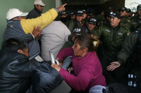 Mujeres de policías tratan de entrar en la sede de Inteligencia. | Afp