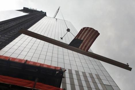 La última viga de la Torre 4, izada a lo más alto del edificio. | Afp