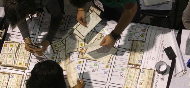 Funcionarios mexicanos contando votos el pasado día 1 de julio. | Efe