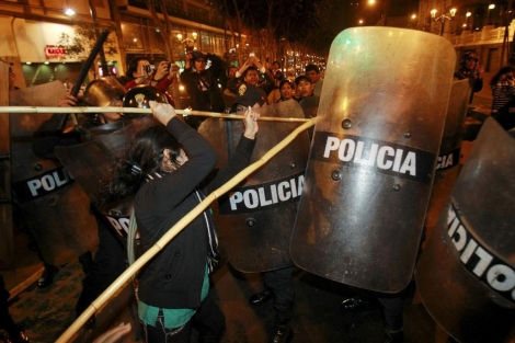Pelea entre los manifestantes y la policía.| Reuters