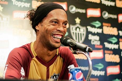 Ronaldinho, con una lata de Pepsi, en una rueda de prensa reciente. | Atlético Mineiro