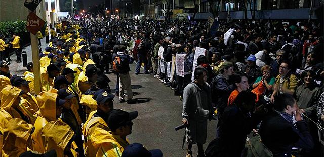 Los manifestantes protestan frente a los estudios de Televisa. | Reuters