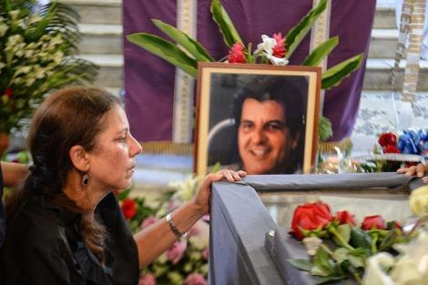 Ofelia Acevedo, junto al féretro de su marido. | Afp