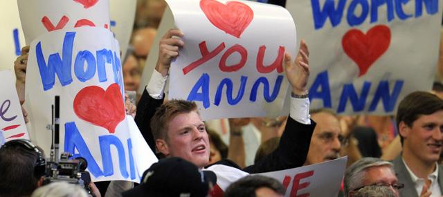 Asistente a la convención republicana con pancartas de apoyo a la mujer de Mitt Romney. | Afp