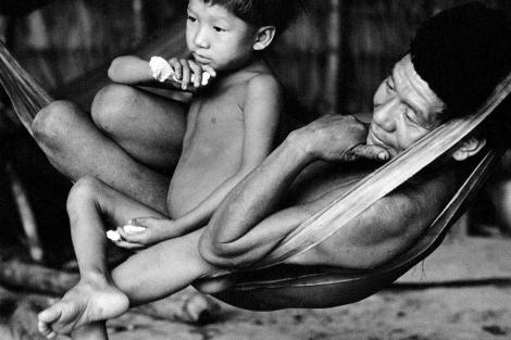 Un hombre y un niño de la etnia yanomami.   Victor Englebert