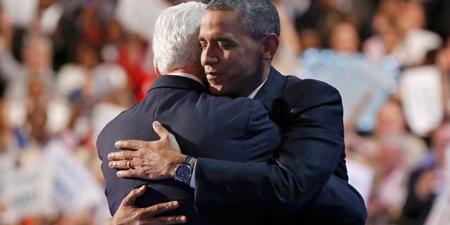 Bill Clinton y Barack Obama se abrazan en la convención demócrata.   Reuters