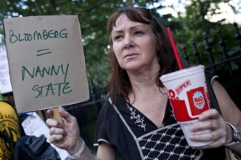 Una mujer con un refresco gigante protesta contra la medida.| Reuters