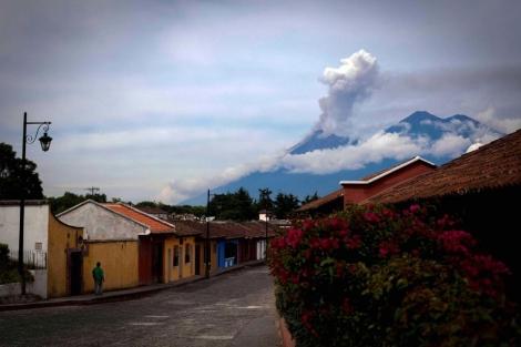 El volcán Fuego cuando empezó su erupción, hace unos días.| Efe