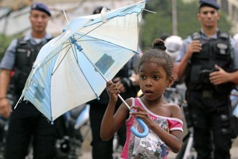 Una niña observa una operación militar en Brasil. | Efe