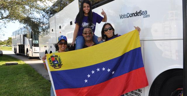 Una familia de venezolanos camino de New Orleans para votar en los comicios presidenciales. | Afp
