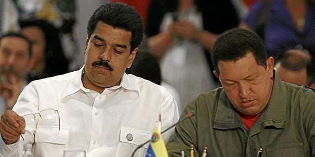 Nicolás Maduro (izq.) y Hugo Chávez, en una imagen de archivo. | Efe