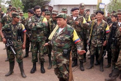 Manuel Marulanda 'Tirofijo', fundador de las FARC, junto a varios guerrilleros, en 2001. | El Mundo
