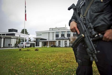 Policía delante del hotel Hurdalsjoen en Hurdal, donde se celebra la reunión. | Afp