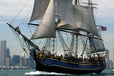 El HMS Bounty con Chicago al fondo. | Afp