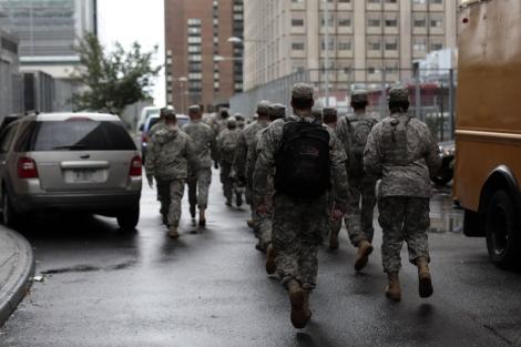Militares ayudan en las tareas de evacuación del hospital.  Afp