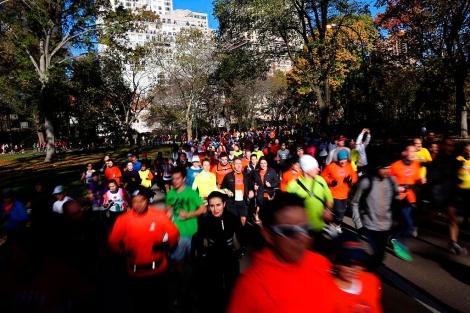 Grupos de corredores llegados para el maratón se ejercitan en Central Park. | Afp