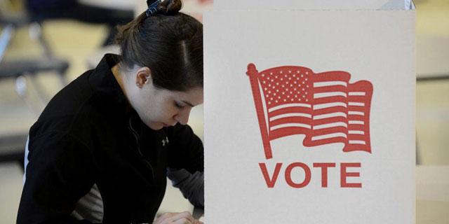 Una chica vota en un colegio electoral de Virginia. | Efe