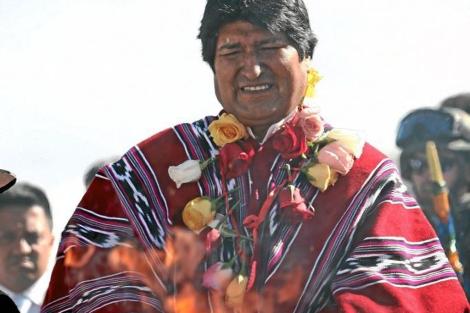 Evo Morales con uno de sus ponchos.  Efe