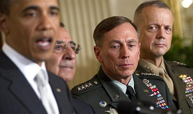 En la imagen, a la Barack Obama (a la izq), David Petraeus (segundo por la derecha) y John Allen (a la derecha).   Afp