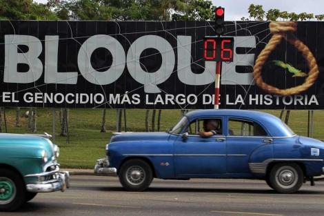 Un cártel en La Habana denuncia el embargo económico. | Reuters