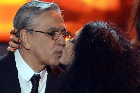 Sonia Braga besa a Caetano Veloso, tras recibir el Grammy. | Afp