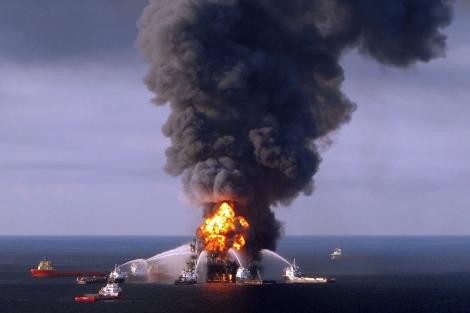 Foto archivo de la plataforma petrolera ardiendo en abril de 2010. | Afp