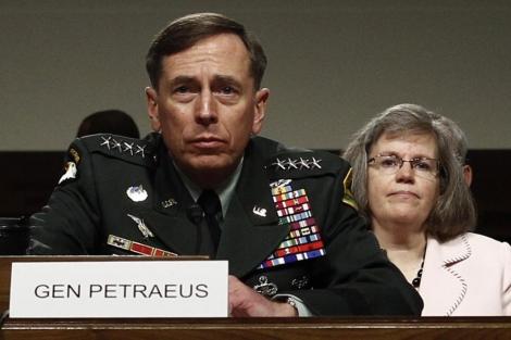 El general Petraeus y detrás su esposa.| Reuters