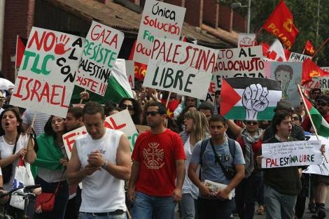 Manifestación de cientos de personas de la comunidad palestina en Chile.   Efe