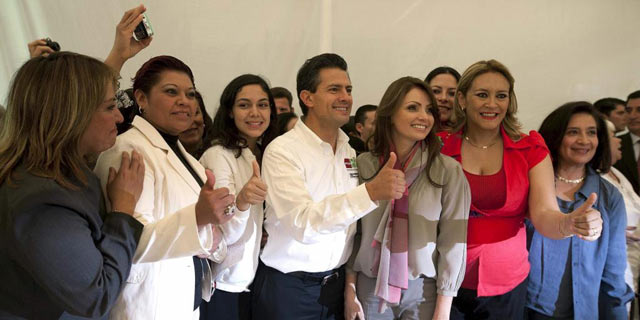 Peña Nieto junto a su esposa (d), Angélica Rivera, y otras mujeres en un acto de campaña. | Efe