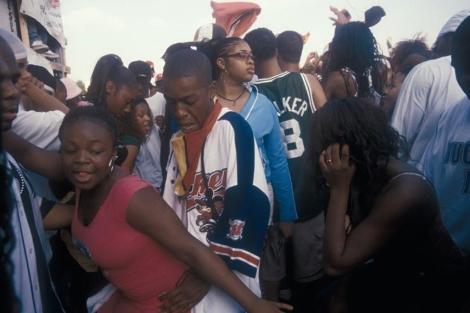 Jóvenes bailando reggaeton en la calle.   El Mundo
