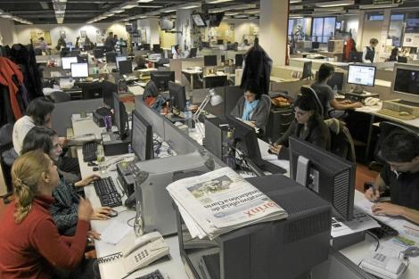 Periodistas del diario Clarín trabajando en la redacción en 2009. | E. M.