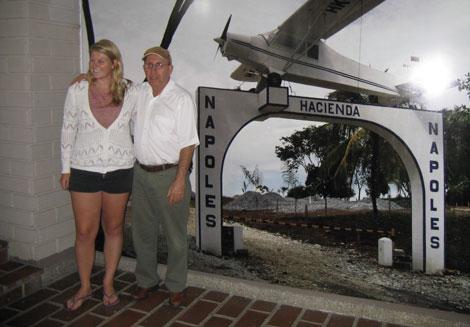 'El osito' posando con una turista.| SHM