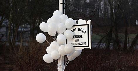 Globos colgando del cartel de la escuela. | Reuters