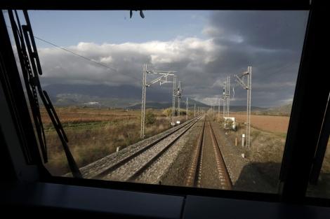 Imagen de unas vías vistas desde el tren.   Reuters