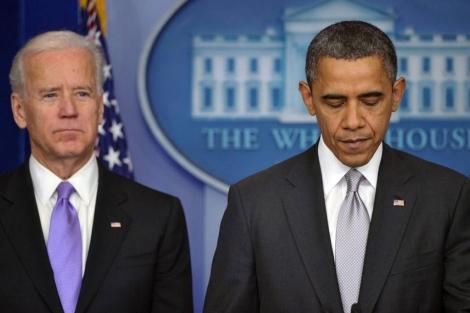 Obama, con el vicepresidente Biden detrás.| Afp