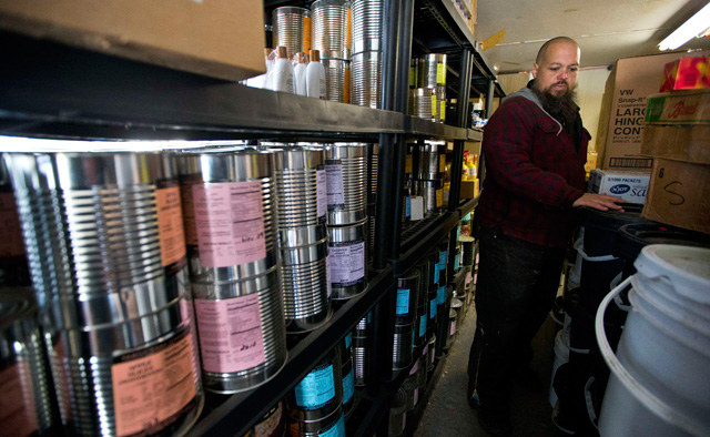 Mike Holland, un preparacionista de Carolina del Norte, revisa sus reservas. | Reuters . VEA MÁS IMÁGENES