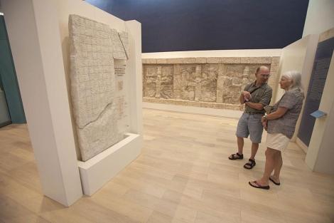 Turistas contemplan la réplica de la 'Estela 6' hallada en Tabasco.   Reuters
