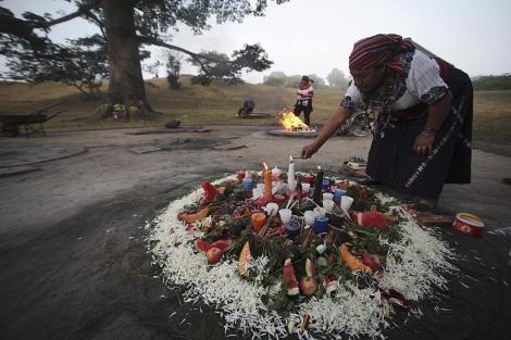 Una indígena prepara un fuego sagrado en Guatemala.   Reuters