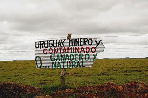 Carteles de protesta en Cerro Chato.| D.C