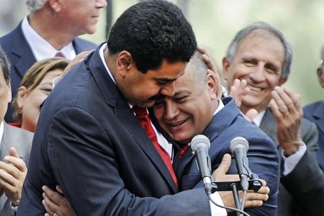 Nicolás Maduro y Diosdado Cabello se abrazan. | Foto: Afp