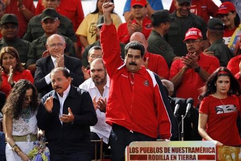 Maduro, puño en alto, tras dirigirse a sus seguidores.   Reuters