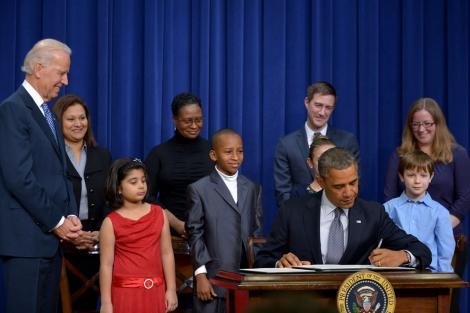El presidente de EEUU, Barack Obama, firma la orden ejecutiva para el control de armas. | Afp