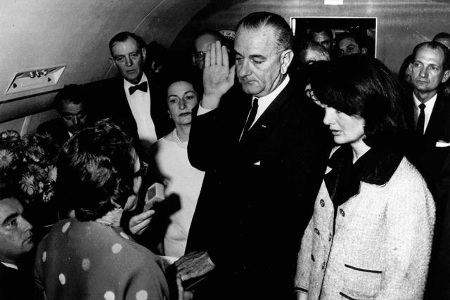 Johnson toma posesión como presidente en el Air Force One, en 1963, ante la viuda de Kennedy. | AP
