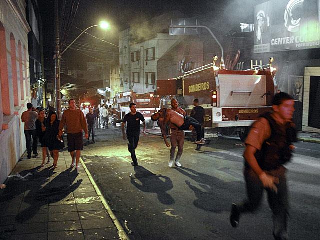 Los bomberos desalojan a los heridos de la discoteca Kiss.| Efe | Germano Rorato | VEA MÁS IMÁGENES
