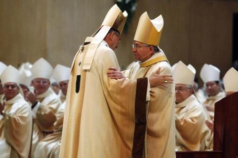 El cardenal Roger Mahony (i) con el arzobispo Jose Gomez (d.).| Reuters Jose Gomez