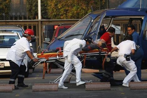 Los equipos sanitarios evacúan en helicóptero a uno de los heridos. | Reuters
