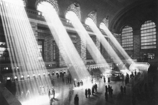 Las luces se cuelan por los ventanales de la estación.| Contacto