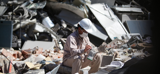 Un empleado del grupo Pemex en las labores de rescate. | Foto: Efe